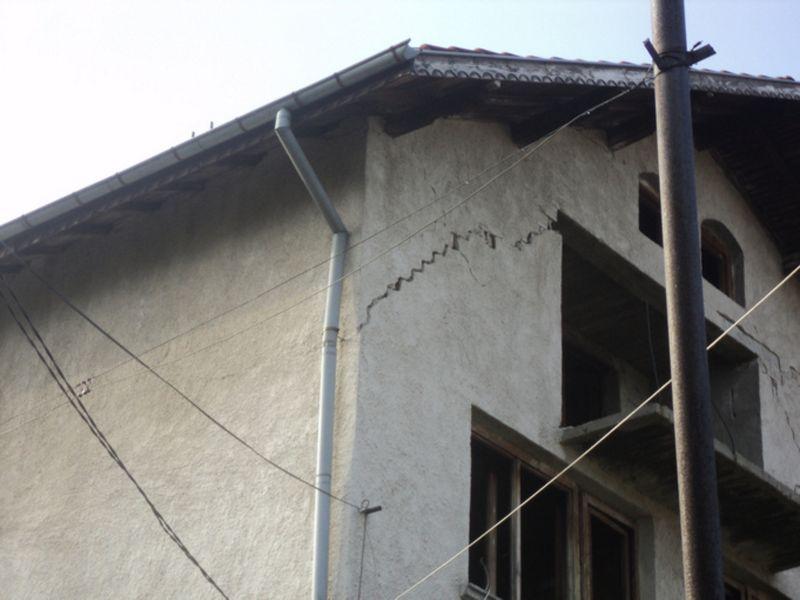 Разцепена от земетресението къща в Кладница