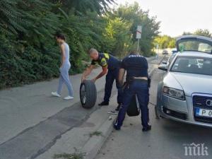 Полицаи смениха спукана гума на автомобил 08_1504003232