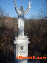 Самият Христос украсява паметника на Жоро Илиев в черквата в Кленовик