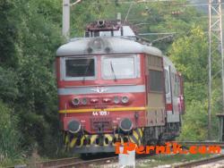Влакът от Перник за София е прегазил човек