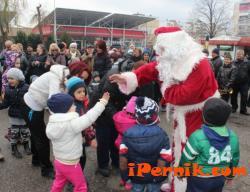 Дядо Коледа посети жилищните комплекси в Благоевград 12_1419330688