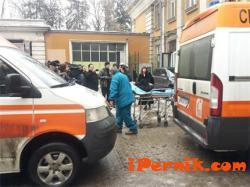 Линейки изнесоха припаднала жена от погребението на Янакиева 01_1422369313