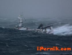 Хора бедстват на кораб, ударил се в скала 02_1423649309