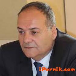 Кметът на Перник връчва заповедта за настаняване на Стохата 02_1424763849