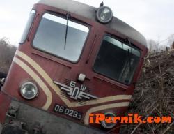 Локомотив излезе от релсите заради паднала скала 03_1425979020