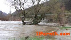 Река Струма е излязла от коритото си край земенско село и е заляла ябълкова градина  03_1427692955