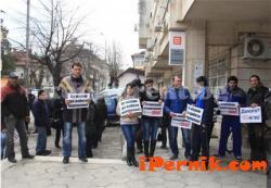 Недоволни се събраха пред ЧЕЗ във Враца 04_1428591901