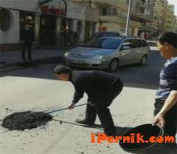Китайци сами запълват дупки на пътя в София 04_1429182662