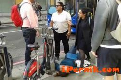 В Лондон пребиха колоездачка, защото снимала как шофьорка премивава на червен светофар 06_1434790930