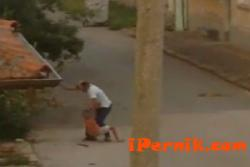 Мъж преби дете с пръчка, защото си откъснало слива 07_1438251599