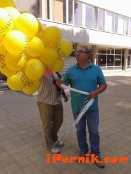 Пуснаха жълти балони в небето над Перник 08_1439536626