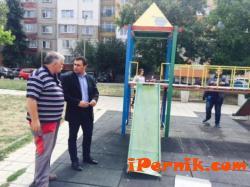 """Ремонтираха детска пързалка в кв. """"Мошино"""" в Перник 09_1441777060"""