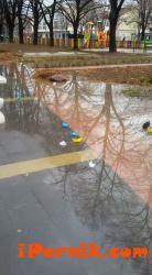 Перничани пуснаха книжни лодки в жълто, синьо и бяло в големи локви на площада 11_1448381068