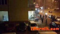 Кола се заби във витрина на магазин в Перник 12_1450679027