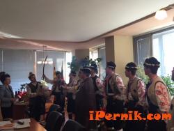 "Ансамбъл ""Българе"" посети кмета на Перник 12_1451036438"