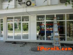 Частни съдебни изпълнители продават магазин в Перник 02_1455531208