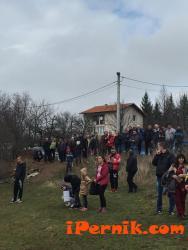 Вяра Церовска гледа благотворителен мач в Драгичево 02_1456669967