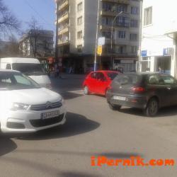 Автомобили затвориха паркинга пред Младежкия дом в Перник 04_1460115013