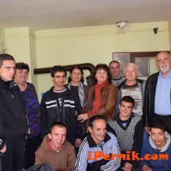 Зарадваха младежите от защитеното жилище в Перник  04_1461850709
