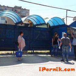 Започнаха да разлепват информация за  разписанията на градския транспорт в Перник 07_1469253592