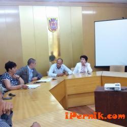 Кметският екип в Перник се срещна с представители на  такситата 08_1471067733